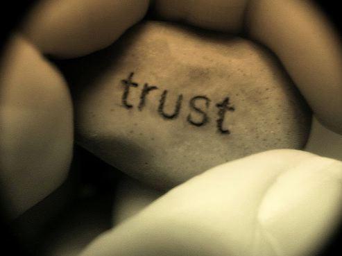 (Français) Pourquoi les entreprises sont obligées de se faire confiance quand elles nouent des partenariats d'innovation